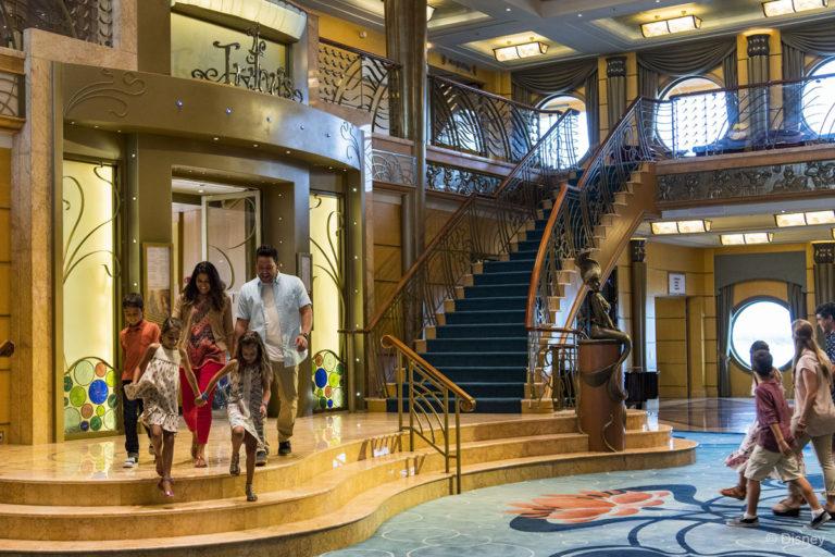 [Disney Cruise Line] - Transformations Disney Magic (2013) & Disney Wonder (2016) et construction de trois nouveaux paquebots (mise en service en 2021, 2022 et 2023) - Page 4 853384DWAtriumSingleStaircaseAriel768x512