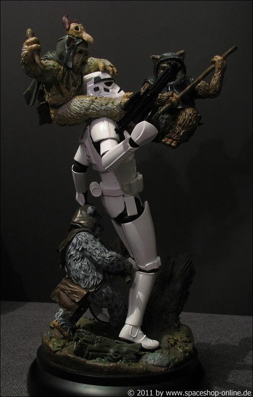 """Fall of the Empire"" – Ewoks vs. Stormtrooper Diorama 8700310032"