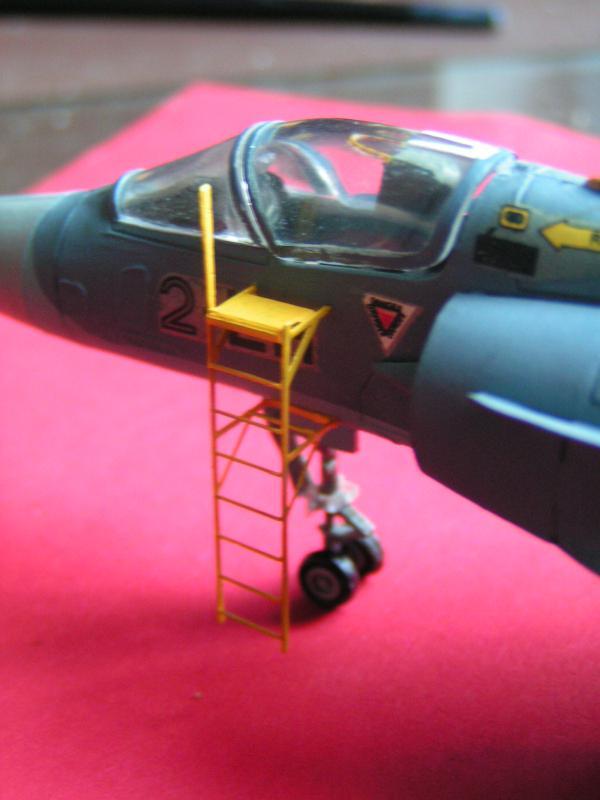 photo decoupe d'echelles d'accès au cockpit d'avions francais 72ème 884405PICT0171