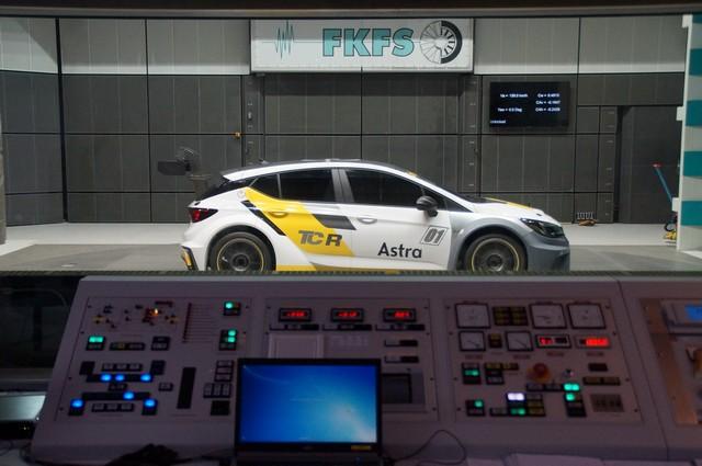 Aérodynamique étudiée : bon vent à l'Opel Astra TCR 898680OpelAstraTCR300278