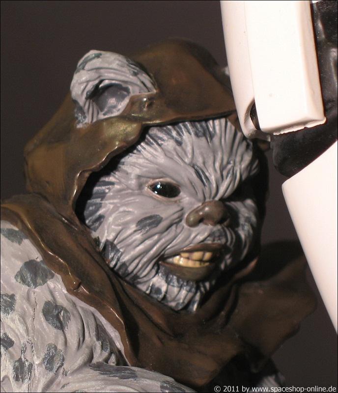 """Fall of the Empire"" – Ewoks vs. Stormtrooper Diorama 9307890065"