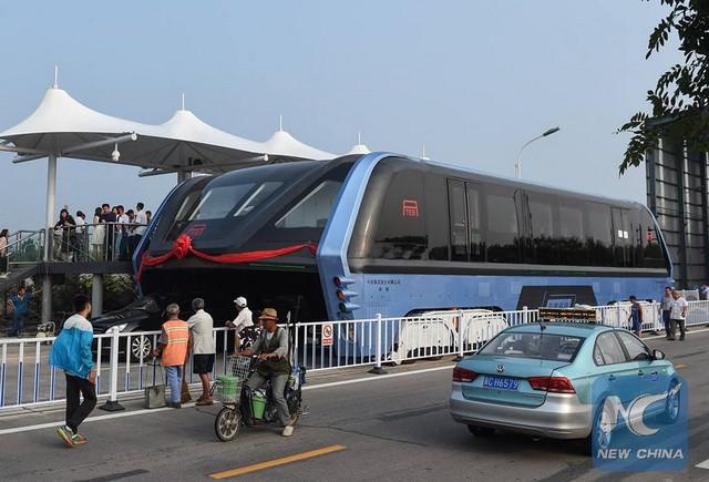 """Chine : premier bus """"surélevé"""" qui circule au-dessus des voitures  940474tebchine1"""