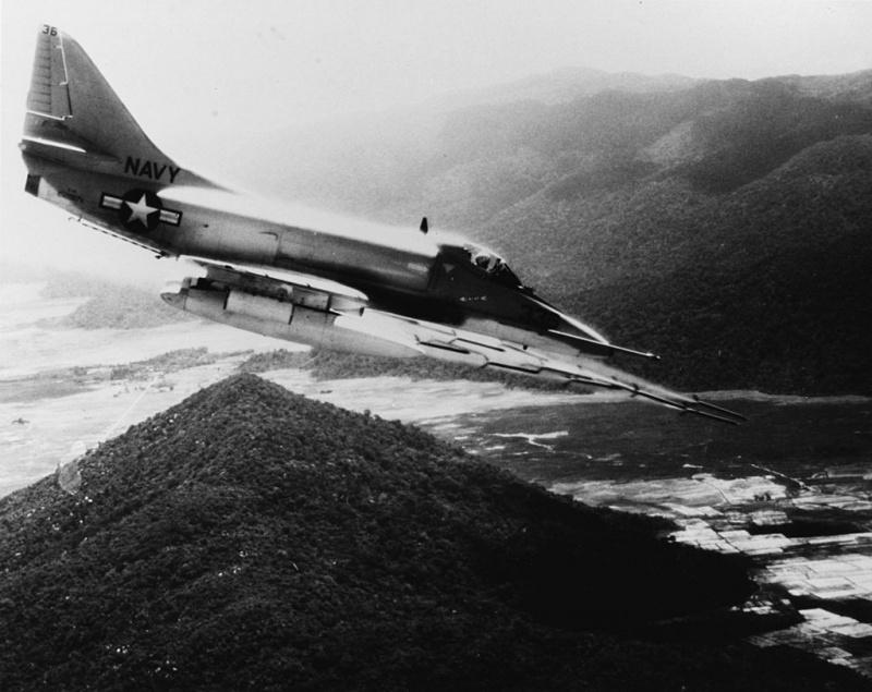 DOUGLAS A-4 SKYHAWK [NOUVELLE VERSION] 983574DouglasA4ESkyhawkVA23CVA41Vietnam
