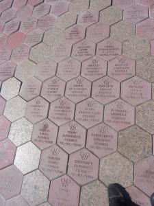 Les dalles / pavés devant le Disneyland hotel? - Page 7 Mini_496304Disney200811146