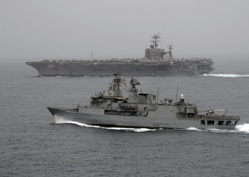 KAMAN H-2 SEASPRITE 285521HMNZS_Te_Mana_et_USS_Abraham_Lincoln_30_juillet_2008