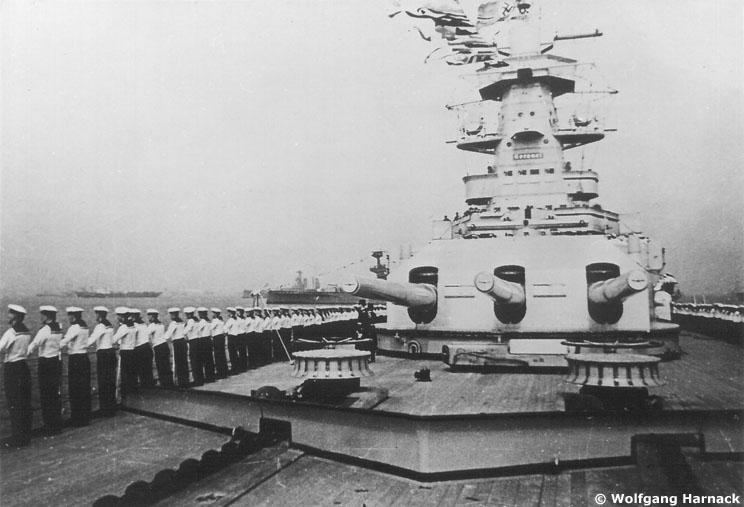 L'admiral Graf Von Spee - Page 2 376807gallgrafspeespitheadnavalreview05