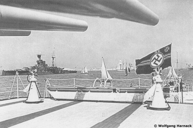 L'admiral Graf Von Spee - Page 2 549283gallgrafspeespitheadnavalreview07