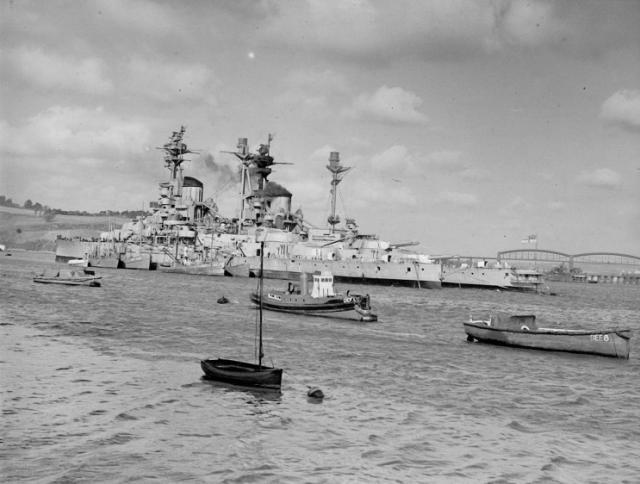 ROYAL NAVY CUIRASSES CLASSE REVENGE 713093HMS_Resolution_sans_canons_et_HMS_Revenge_Devonport_octobre_1945