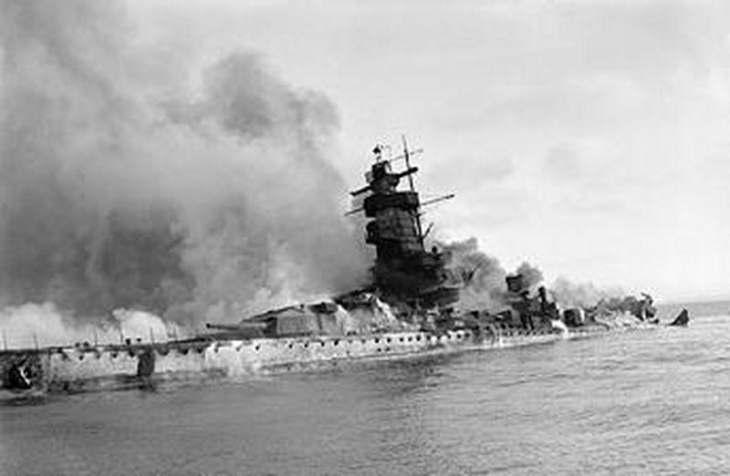L'admiral Graf Von Spee - Page 2 858435Admiral_Graf_Spee_Flames__800x600_