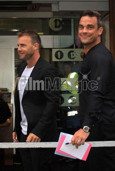 Robbie et Gary à la BBC Radio 1 26/08/210 - Page 2 165766103639703