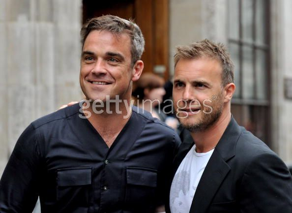 Robbie et Gary à la BBC Radio 1 26/08/210 - Page 2 268437103639895