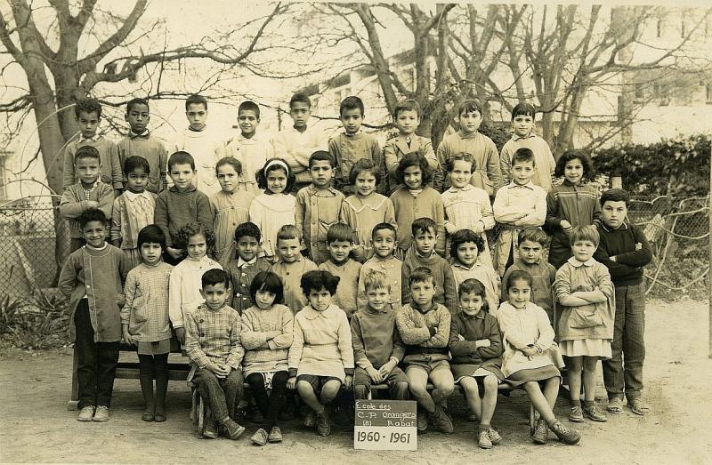 من منكم لا يزال يحتفظ على صورة مثل هذه..لكن في مدرسة الزواقين؟ 325005cp196061int