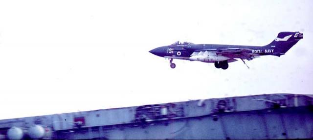 ROYAL NAVY PORTE-AVIONS CLASSE AUDACIOUS 32695613_Sea_Vixen_landing_on_Eagle_Mediterranean_Jan1970