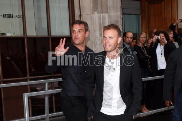 Robbie et Gary à la BBC Radio 1 26/08/210 - Page 2 365203103640375