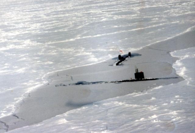 SOUS MARINS NUCLEAIRE D'ATTAQUE CLASSE TRAFALGAR 37989HMS_Trenchant_et_USS_Spadefish_pole_nord_1992