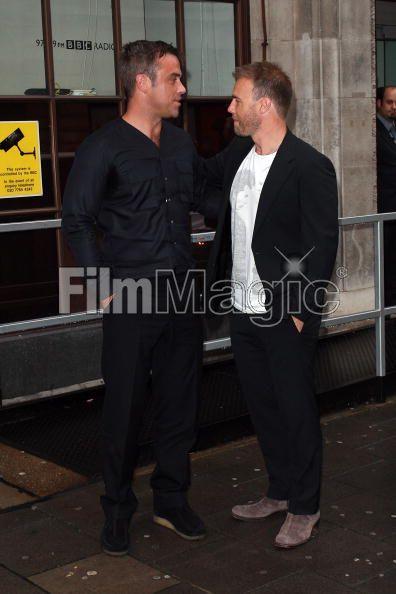 Robbie et Gary à la BBC Radio 1 26/08/210 - Page 2 467919103640408