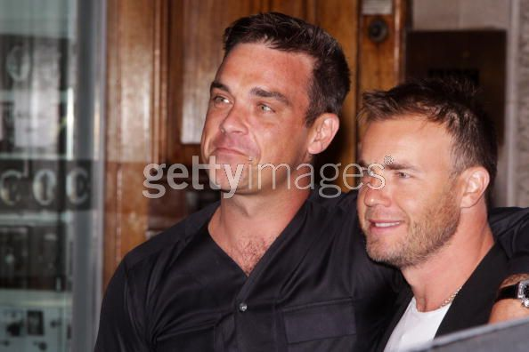 Robbie et Gary à la BBC Radio 1 26/08/210 - Page 2 469503103640045