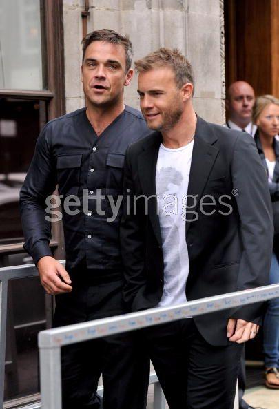 Robbie et Gary à la BBC Radio 1 26/08/210 - Page 2 508192103639946