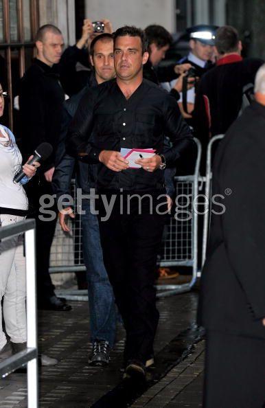 Robbie et Gary à la BBC Radio 1 26/08/210 - Page 2 532577103639357