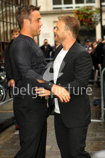 Robbie et Gary à la BBC Radio 1 26/08/210 54330121962682