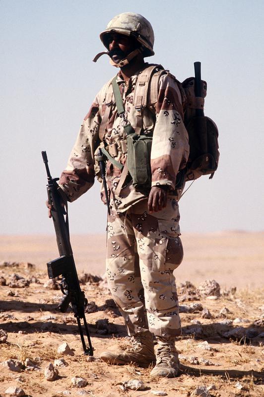 Etrange couvre casque 594323Saudi_Soldier_with_G3