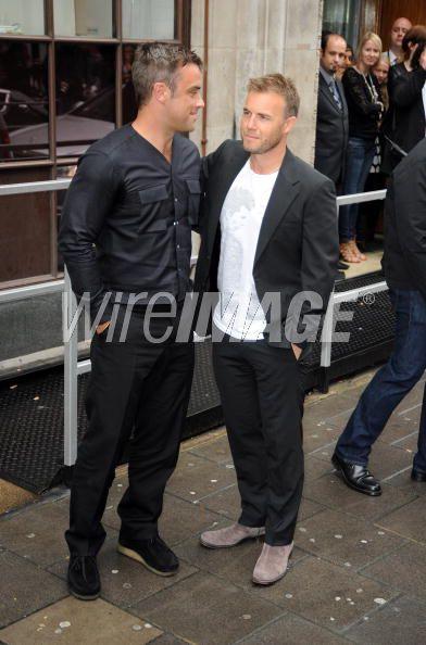 Robbie et Gary à la BBC Radio 1 26/08/210 - Page 2 644192103640206