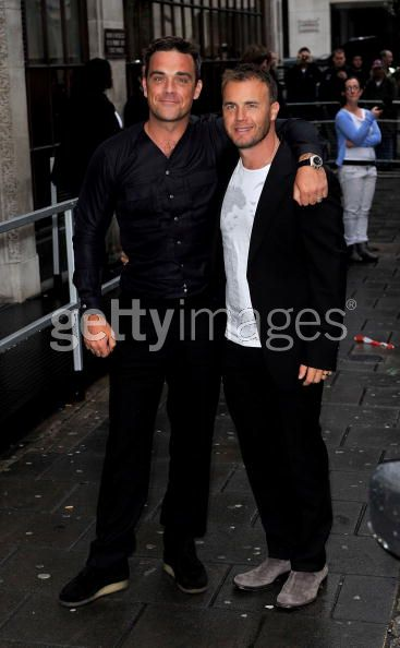 Robbie et Gary à la BBC Radio 1 26/08/210 - Page 2 704533103639353