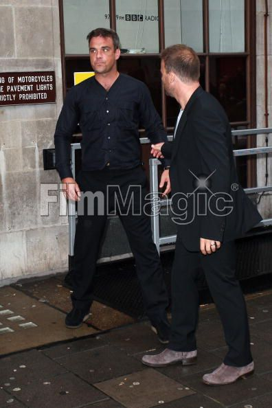 Robbie et Gary à la BBC Radio 1 26/08/210 - Page 2 713187103640379