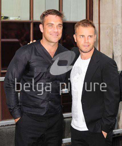 Robbie et Gary à la BBC Radio 1 26/08/210 78764121961757
