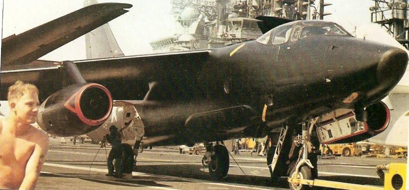 DOUGLAS A-3 SKYWARRIOR 975158Skywarrior_noir_sur_porte_avions
