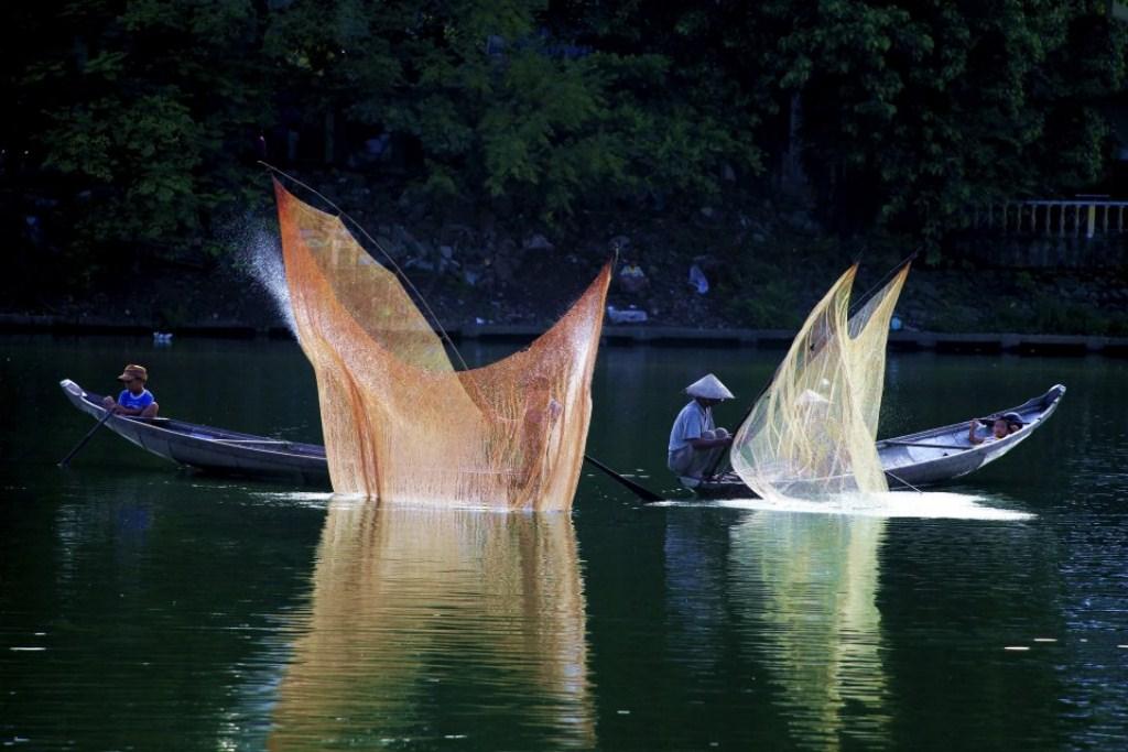 Tung chài trên sông Huế Szry