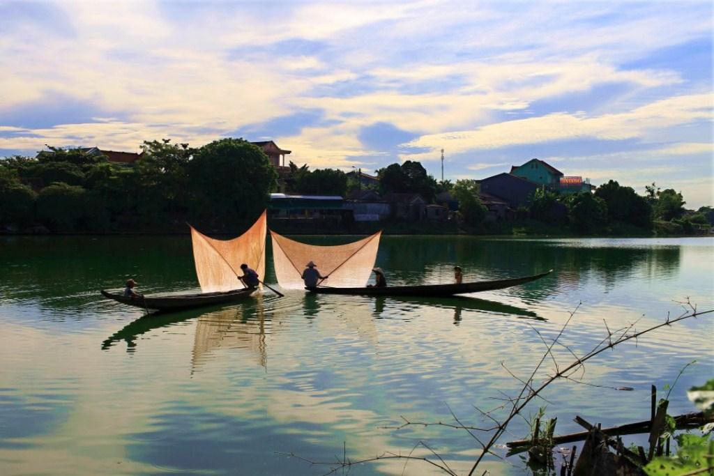 Tung chài trên sông Huế 0xim