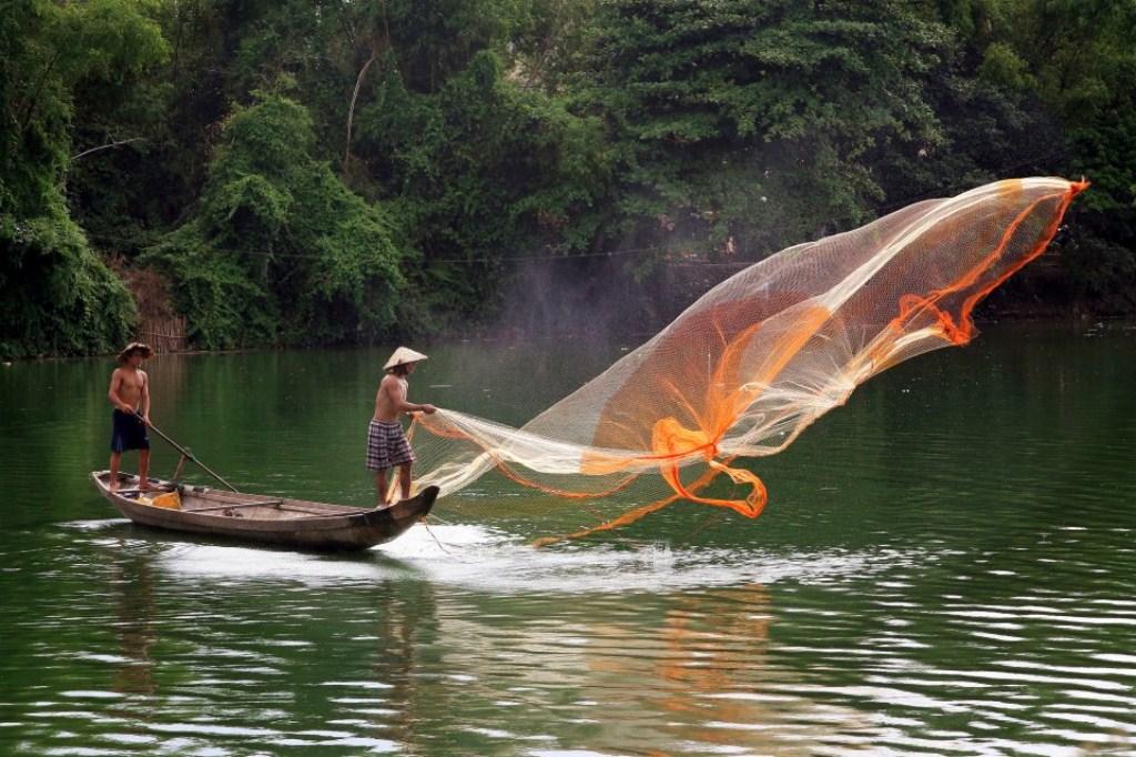 Tung chài trên sông Huế 5wbi