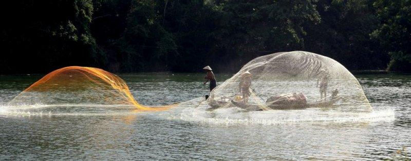 Tung chài trên sông Huế 4ju9