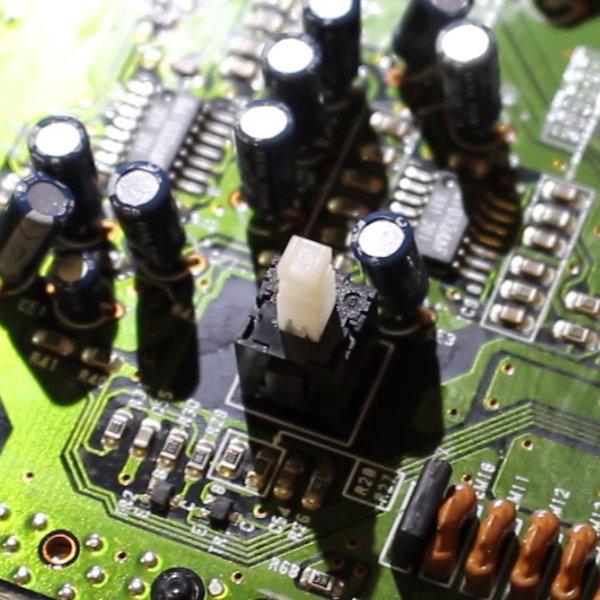 """Bouton power on/off sur Megadrive 2 ne tient pas sur """"On"""" 5aeGB9"""