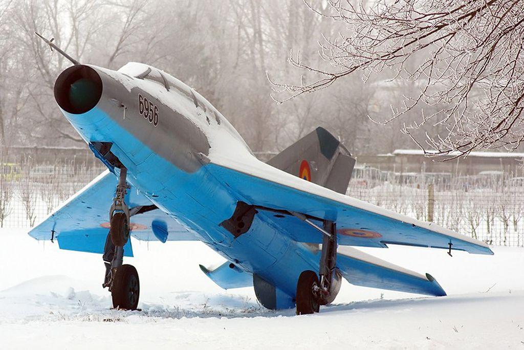 MiG-21 (6956) expus la Flotila 95 Aeriană Ciwq