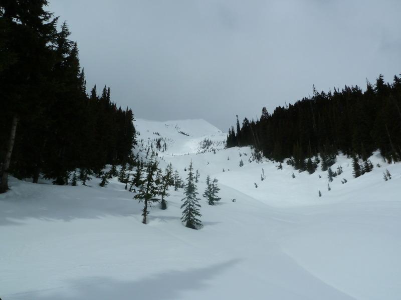 Fin de temporada de esquí en una cabaña perdida en las Rocosas Canadienses U6duo