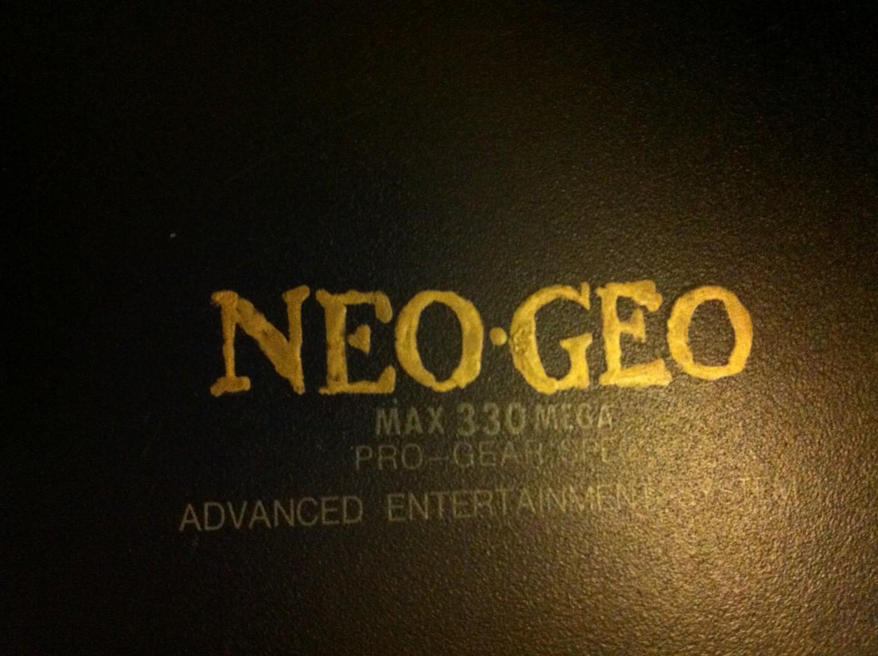 Effacer du Posca (?) sur un stick Neo-Geo WuBwwM