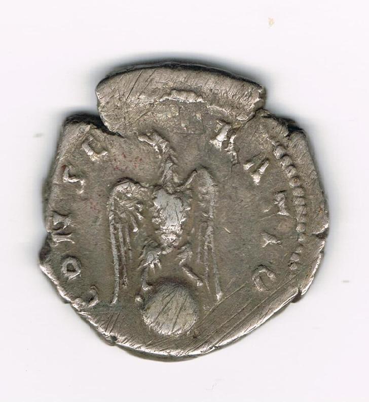 Denario póstumo de Adriano. CONSECRATIO. Aguila explayada de frente sobre globo, Ceca Roma. NVz27n