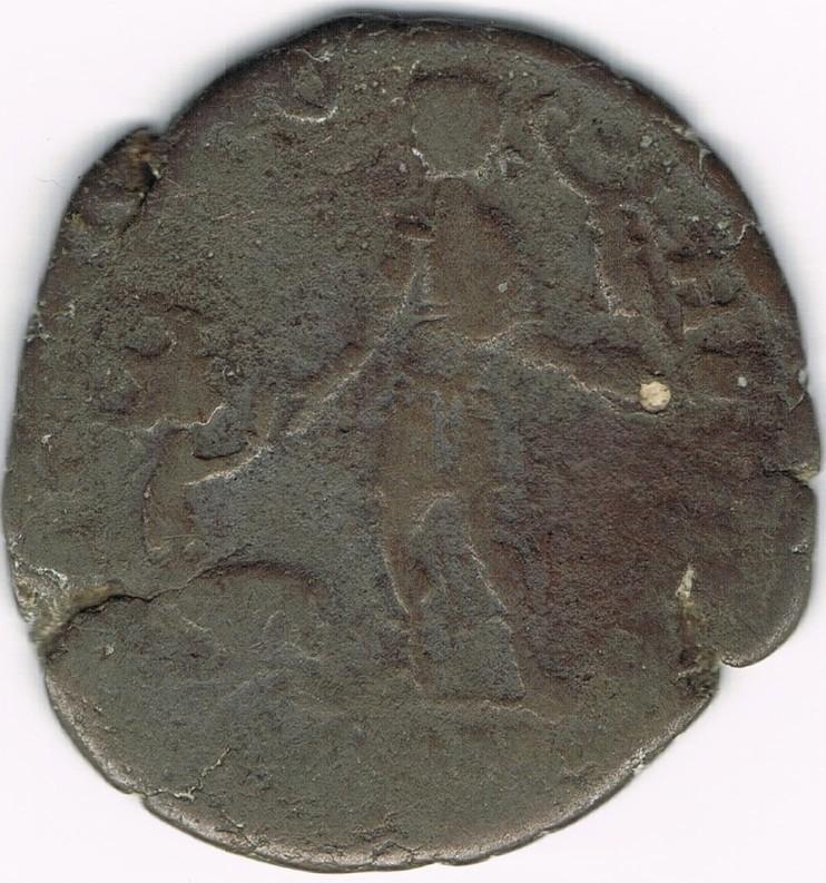 AE2 de Magno Máximo. REPARATIO – REIPVB. Emperador estante de frente dando la mano a mujer arrodillada.  XfplMK