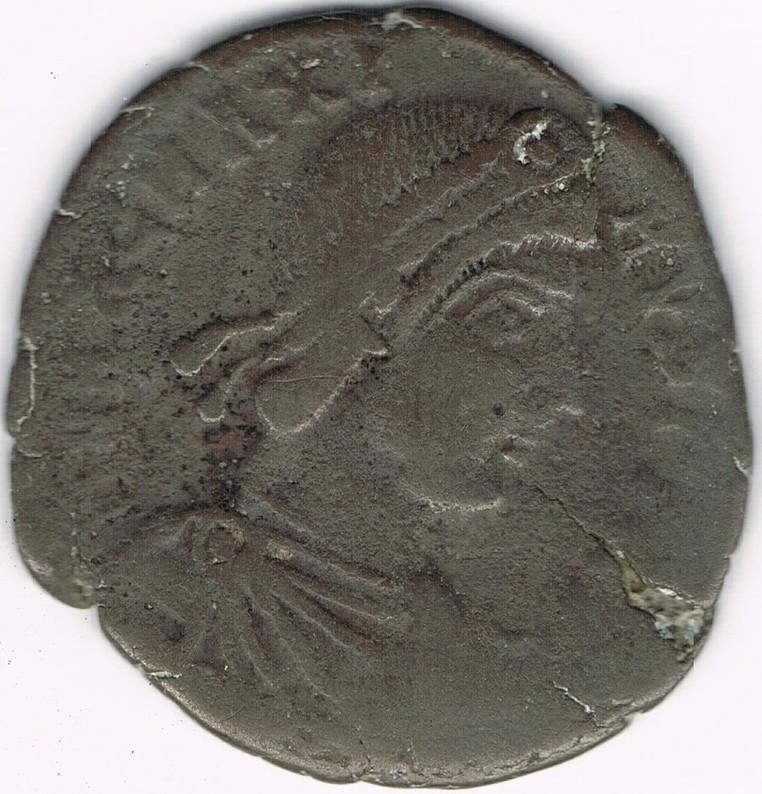 AE2 de Magno Máximo. REPARATIO – REIPVB. Emperador estante de frente dando la mano a mujer arrodillada.  1f2lZP