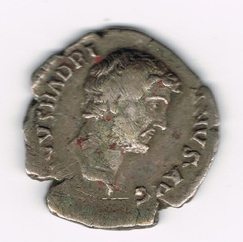 Denario póstumo de Adriano. CONSECRATIO. Aguila explayada de frente sobre globo, Ceca Roma. Xetp0h