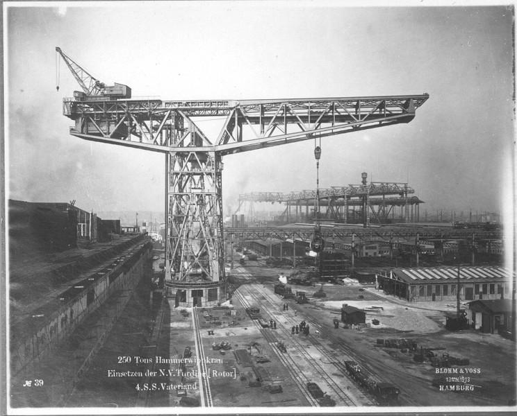 Grande grue 250 t port de Hambourg et Bismarck Revell au 1/350 CnsrKb