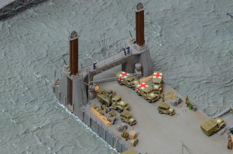 Diorama Port Mulberry A Omaha Beach 16 Juin 1944 au 1/350 - Scratch sur base Iron Shipwrights, Trumpeter et l'Arsenal WfLA1i