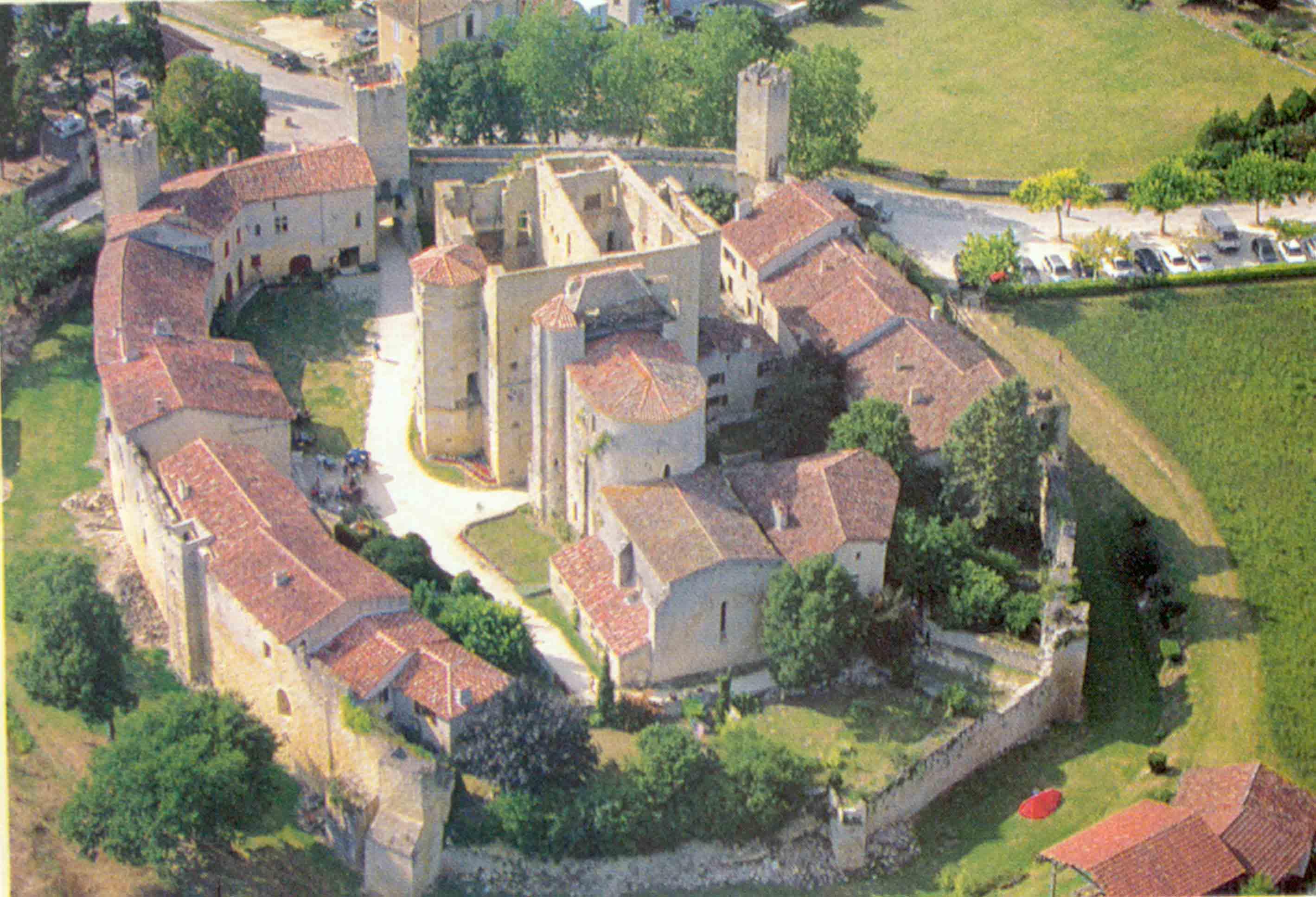 Village médiéval fortifié - Page 6 1BuvVH