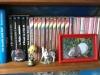 Même  étagère  avec bibelot et photos de mon cochon d'inde