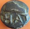 Por favor necesito ayuda para esta moneda es de bronce y pesa 130 gramos con la incripcion HAT Y APARENTEMENTE TIENE UNA BOTA