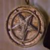 """Медальон Солтера. Принадлежал магу Левону Солтеру, который пытался проложить Злу путь на Землю. Он вложил в медальон всю свою силу, чтобы когда-нибудь возродится в новом теле и отомстить """"Наследию"""".   Эпизод ''Тёмный священник'' (Dark Priest)"""