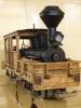 Locomotora integralment de fusta, un sol motor al davant.